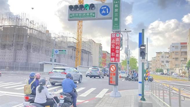 高市交通局先在凱旋路段沿線6處路口增設「號誌連動可變標誌」,提醒用路人當心有輕軌經過。(高市交通局提供/石秀華高雄傳真)