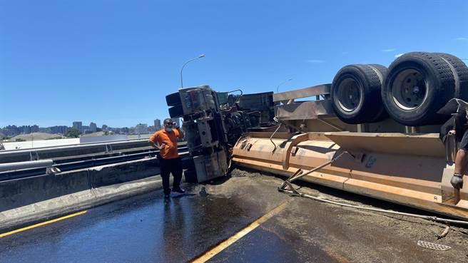 74號道路5日中午發生一起砂石車司機駕車直行時,卻撞上路燈與內側護欄受損,造成砂石車翻車。(民眾提供/盧金足台中傳真)