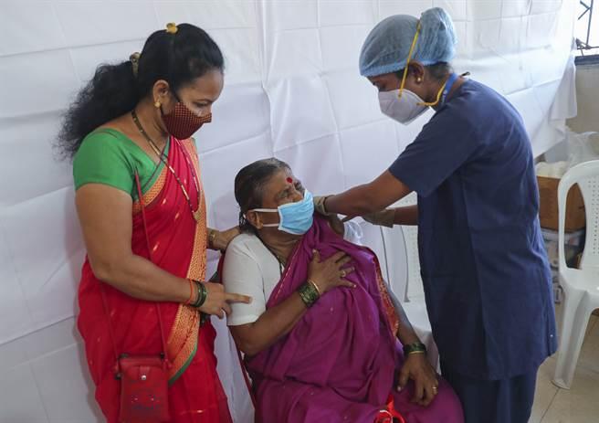 金融重鎮孟買傳出有不肖人士大賺黑心錢,讓數以千計民眾打到生理食鹽水灌充的假疫苗。(圖/美聯社)