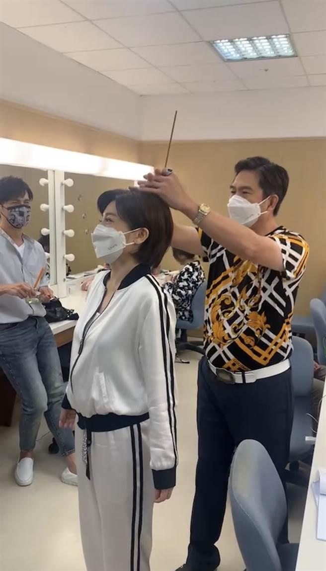 王彩樺被狗咬,洪都拉斯作勢幫她收驚。(民視提供)