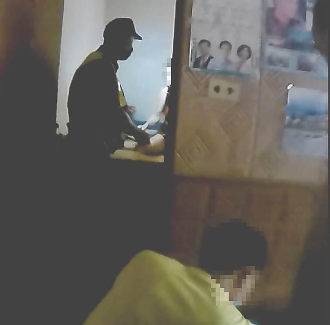 因門鎖老舊,70歲的劉婦將門關上後就開不了門,被關在門內3個小時以上,霧峰分局十九甲派出所員警據報,找來鎖匠開門,幾經折騰,終於以破壞門鎖方式將門打開。(霧峰分局提供/黃國峰台中傳真)