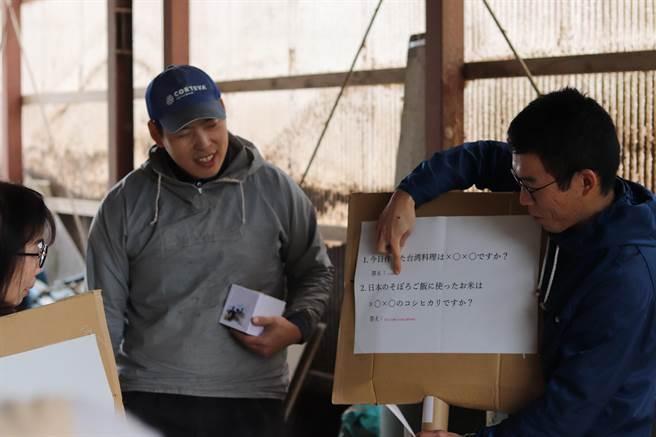 崑山科大校友紀京佑(右)協助辦理多文化料理體驗活動,介紹與台灣不同的當地食材。(圖/崑山科大提供)