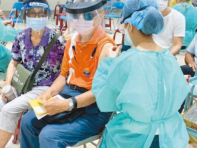 花蓮幅員遼闊,有些鄉鎮市接種率不如預期,縣府將和地區診所溝通,因地制宜調整,讓長者都能接種。(羅亦晽攝)
