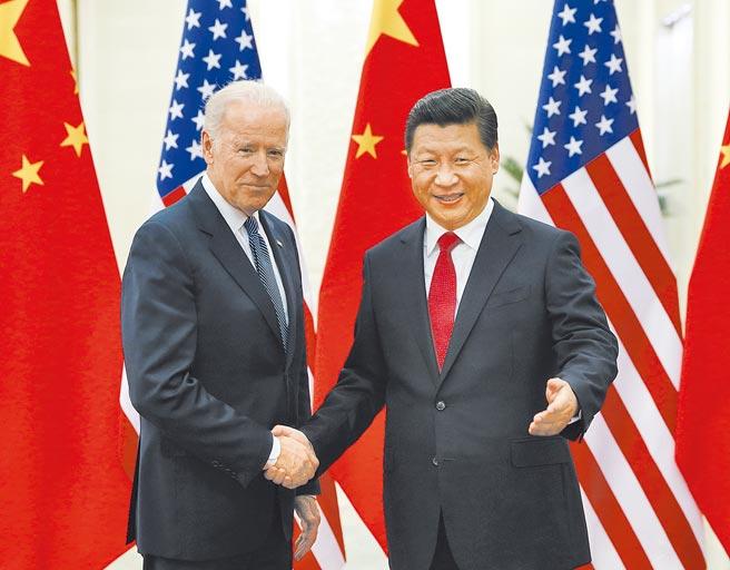 未來如何平衡日益矛盾的黨/國內發展與國際局勢轉變的步伐,恐怕是中國外交當前最迫切且無法迴避的重點課題。圖為2013年大陸國家主席習近平(右),會見時任美副總統的拜登。(新華社)