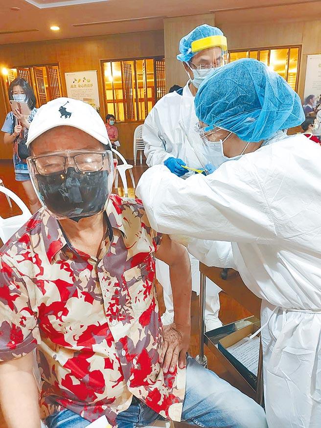 劉福助(左)昨下午完成首劑疫苗接種。(劉福助提供)