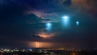 UFO驚現海上!4詭異光點上下移動 定格10秒突消失