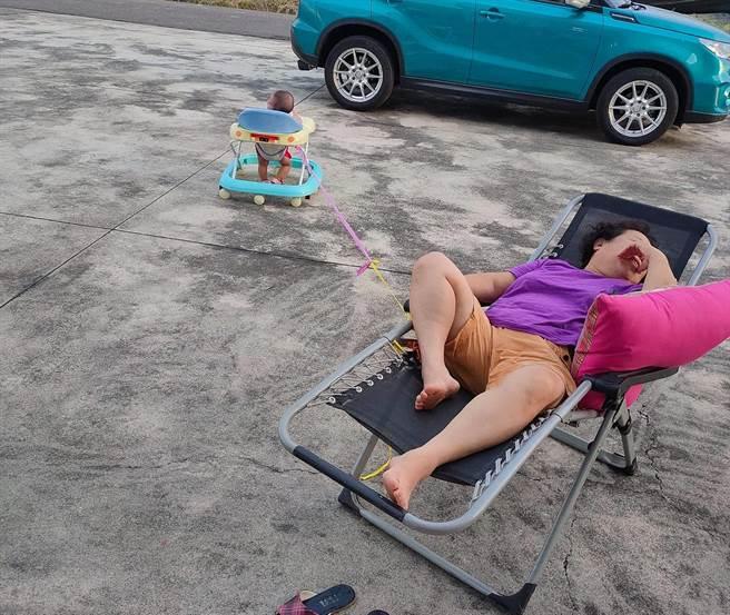 阿祖用「一條線」爽躺涼椅育兒,網一看全讚翻。(圖/翻攝自爆廢公社公開版)
