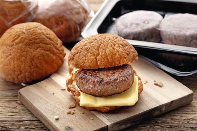 胡同燒肉攜手烘焙名店「菠蘿麵包BOLO PAN」,在胡同線上商城推出聯名新品「和牛漢堡肉菠蘿麵包」。(圖/橘焱國際)