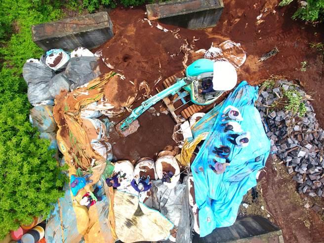 環保署近年發現環保犯罪集團作案模式從倉庫棄置廢棄物轉變成回填掩埋隨機棄置。(環保署提供/林良齊台北傳真)