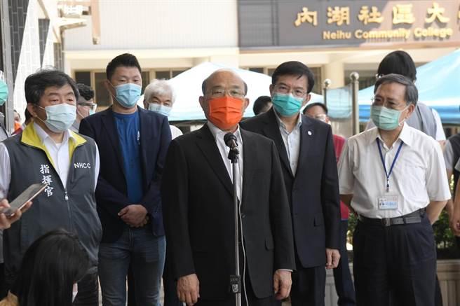 行政院長蘇貞昌今日上午視察計程車司機疫苗施打情況。(行政院提供)