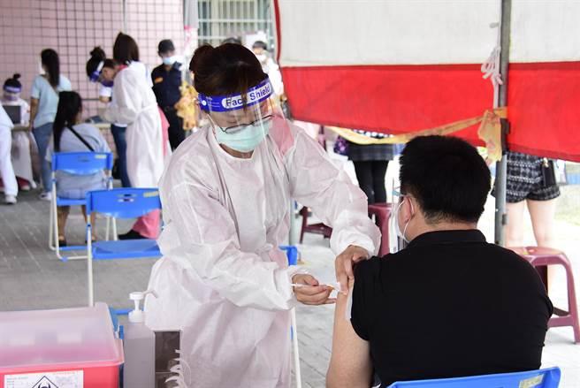 民眾施打疫苗。(資料照,吳建輝攝)
