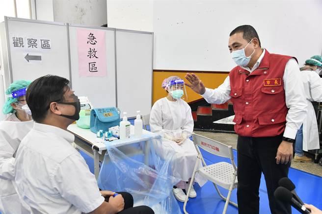 新北市長侯友宜今(6日)前往中和接種站關心駕駛接種疫苗。(新聞局提供)
