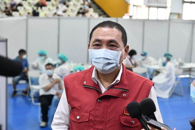 新北市長侯友宜表示,網路預約非常順暢,1小時完成約3.5萬人。(新聞局提供)