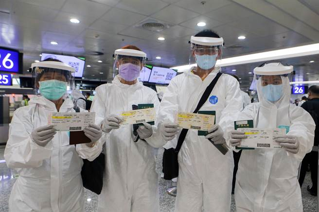 李先生伉儷和2名家人同行,他表示,因為年紀輕,在台灣的疫苗排序可能還要等待一段時間,但工作需接觸很多人,又無法停工,因此選擇到國外施打疫苗,一家人都選擇莫德納疫苗。(陳麒全攝)