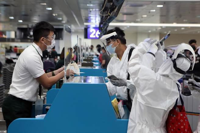 關島旅遊局為吸引國外觀光客赴關島打疫苗,實施Air V&V計畫,讓觀光旅客施打疫苗,首發團164名旅客6間上午啟航。(陳麒全攝)