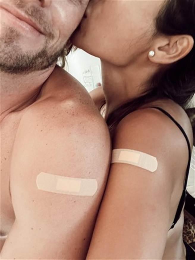 法比歐曬出和未婚妻打完疫苗的閃照。(圖/翻攝自法比歐臉書)