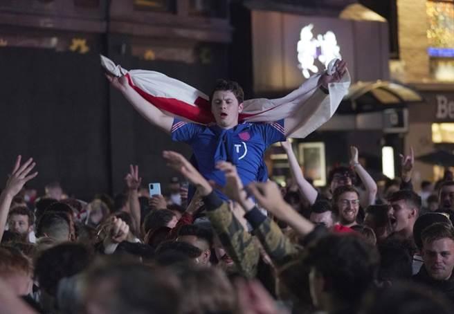 英格蘭在歐國盃踢進4強,倫敦球迷在萊斯特廣場大肆慶祝。(美聯社資料照)