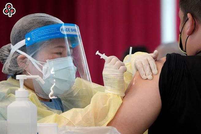微解封再即,如屆時確實開放,活動增加,勢必再度出現疫情大傳染情況,國人疫苗需求若渴,各界人馬持續高聲呼籲,盼蔡政府開放民間單位大量採購BNT疫苗。(本報資料照)