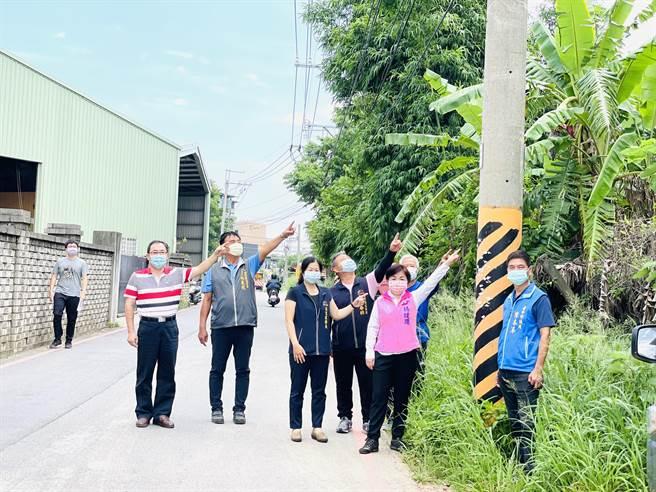 立委楊瓊瓔(右二)及市議員陳本添(右一)爭取遷移巷道電桿,保障后里要道人車安全。(王文吉攝)