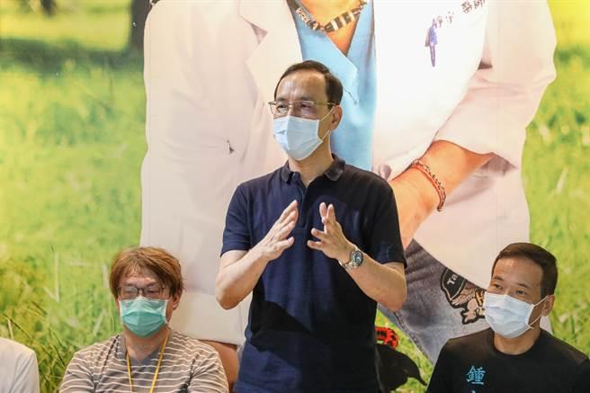 國民黨前主席朱立倫出席到獸醫公會捐贈防疫物資。(朱立倫提供)