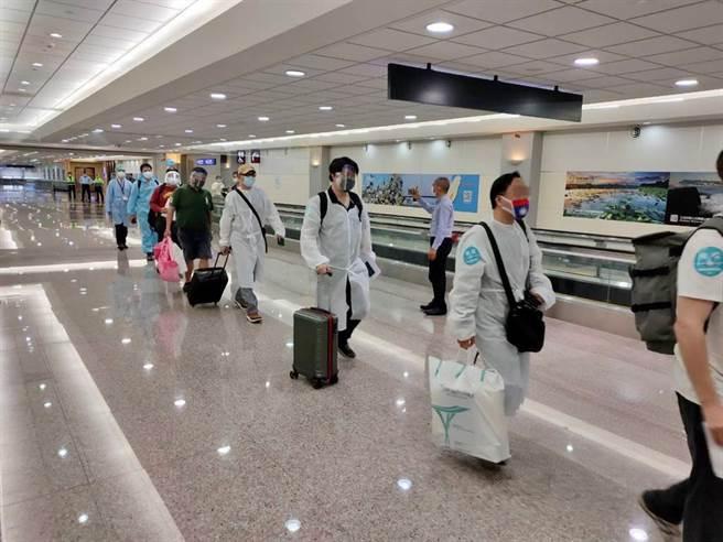 台灣6月27日才開始做入境普篩,有民眾表示,看到在上海工作的前同事現在已不用戴口罩,甚至搖頭說台灣要加油,前台大感染科醫師林氏璧則透露,其實大陸透過1超嚴手段,讓他們幾乎零境外移入。(本報資料照)