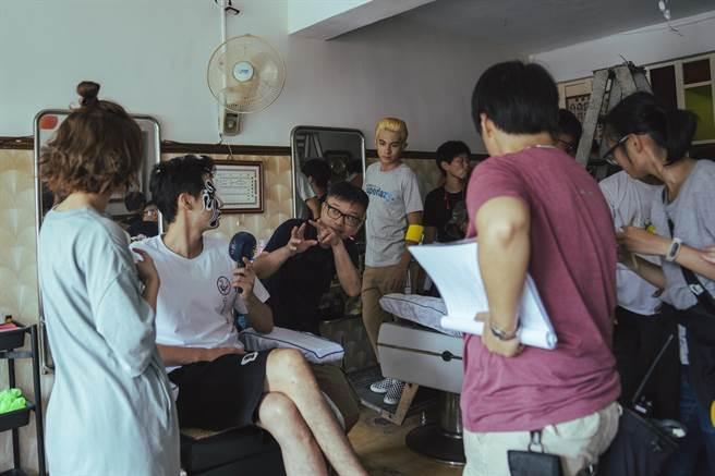 莊景燊為《神之鄉》演員講戲。(映畫提供)