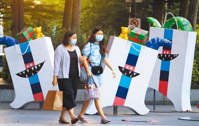 行政院長蘇貞昌5日表示,絕大多數縣市疫情已趨緩,各行各業管制措施有合理調整的空間,他指示相關部會預為規畫與準備,圖為信義商圈的逛街購物民眾。(季志翔攝)