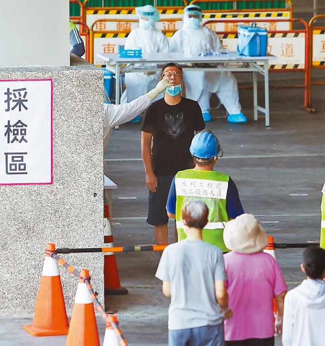 面對市場疫情,中央流行疫情指揮中心與台北市政府聯手設前進指揮所,5日持續在環南市場開設篩檢站服務附近的里民檢測病毒,以期篩出周邊潛在病例。(季志翔攝)