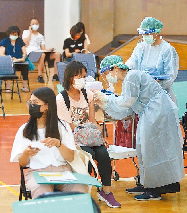 圖為台北市懷生國中設置的疫苗接種站,許多相關人員前來接種疫苗。(趙雙傑攝)
