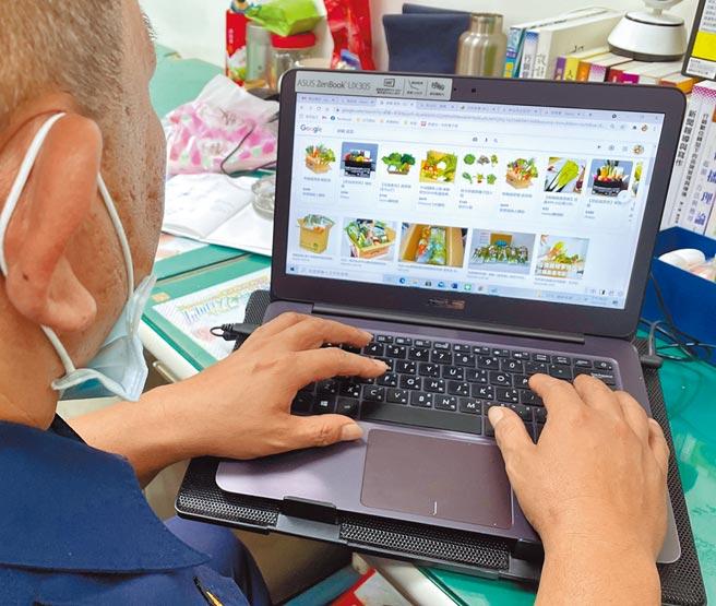疫情期間,民眾擔心傳統市場群聚改由網路購物購買生鮮蔬果。(葉書宏攝)