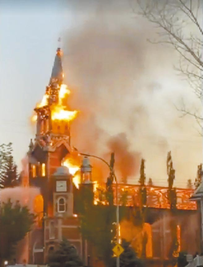 加拿大亞伯達省莫林維爾市的聖若翰洗者天主堂6月30日疑似遭人縱火,儘管消防人員前往灌救,整座教堂仍被烈焰吞噬。加拿大各地最近不斷傳出天主堂失火,極有可能與天主教原住民寄宿學校發現數以百計無名塚事件有關。(摘自加拿Global NEWS網站)
