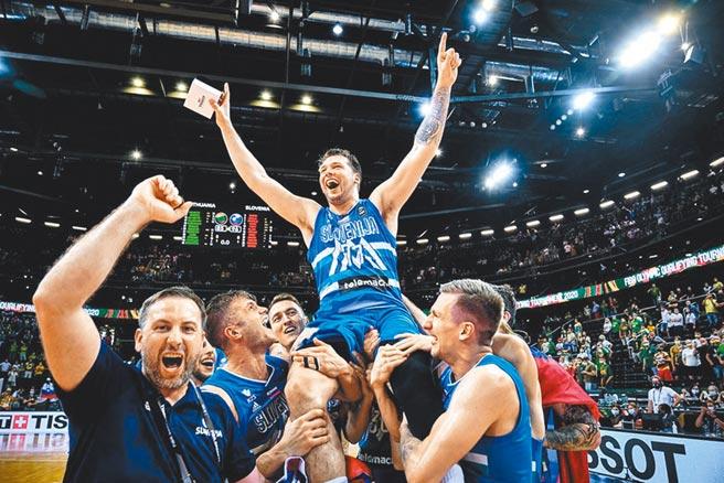 斯洛維尼亞球員興奮把東契奇舉了起來。(取自FIBA官網)
