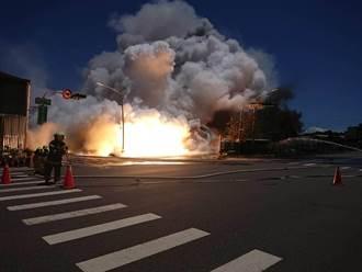 高雄小港鎂合金堆置場爆炸起火 火光濃煙狂竄警消搶救