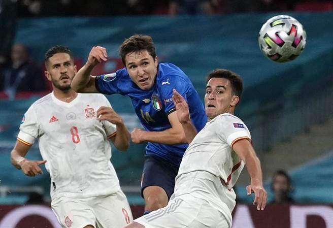 小基耶薩(中)在兩名西班牙防守者中間找到空檔,以右腳搓射替義大利首開紀錄。(路透)