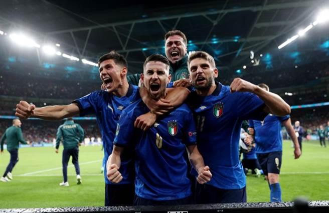 喬吉紐(中下)在PK戰罰入致勝球,賽後與義大利隊友歡呼慶祝。(路透)