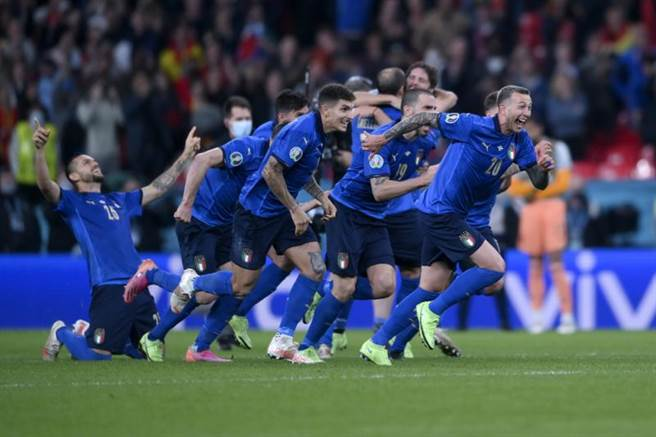 義大利PK獲勝瞬間,在中線等待的球員一擁而上慶祝勝利。(美聯社)