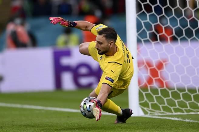 義大利門神多納魯馬在第4點攔下莫拉塔的12碼球。(美聯社)