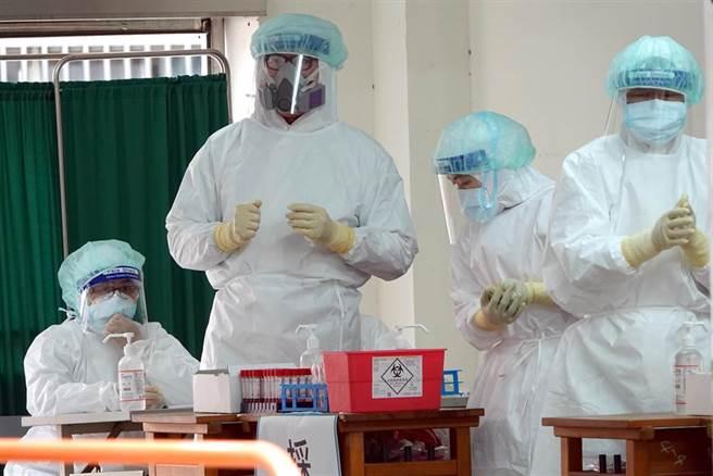 採檢區的醫護人員全副武裝準備作業。(黃世麒攝)