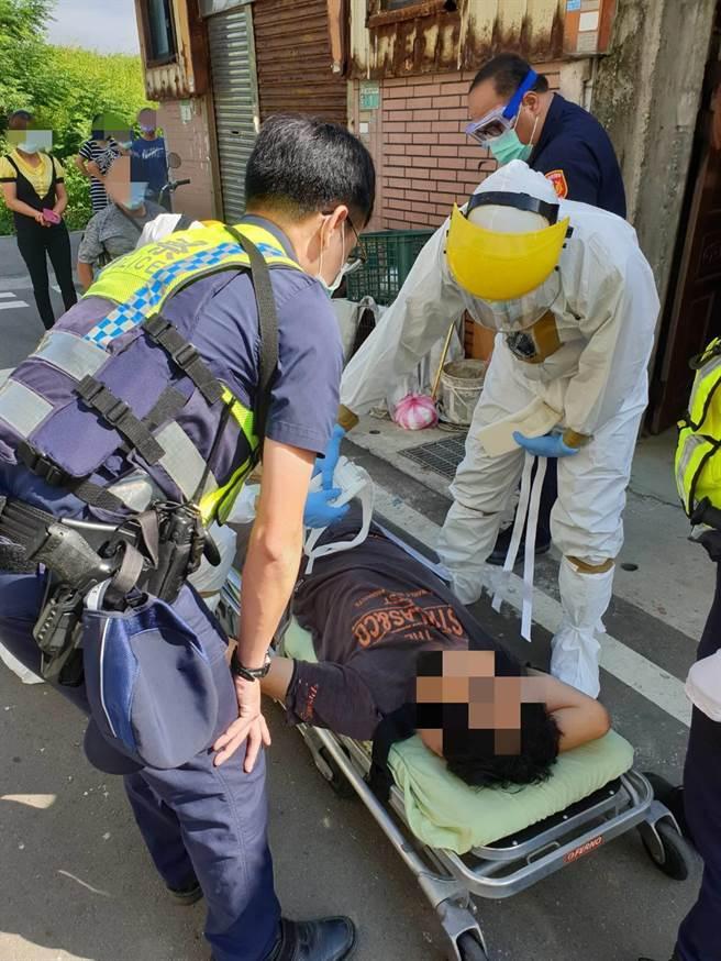 徐姓男子情緒不穩亂揮刀,所幸警方即時到場協助處理。(姜霏翻攝)
