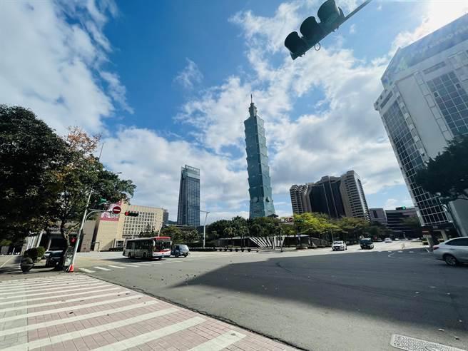 南山人壽計畫在舊台北世貿三館現址,蓋202公尺的商辦大樓,由於位處北市府、台北101附近,民眾擔心擋到101跨年煙火,甚至造成眩光。(張穎齊攝)