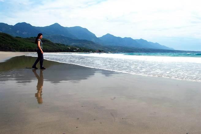 杉原海水浴場有長長的美麗沙灘,台東縣政府將視疫情解封程度適度開放。(莊哲權攝)