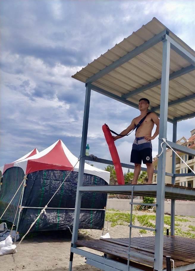 杉源海水浴場設有瞭望台及合格救生員。(台東縣政府提供)