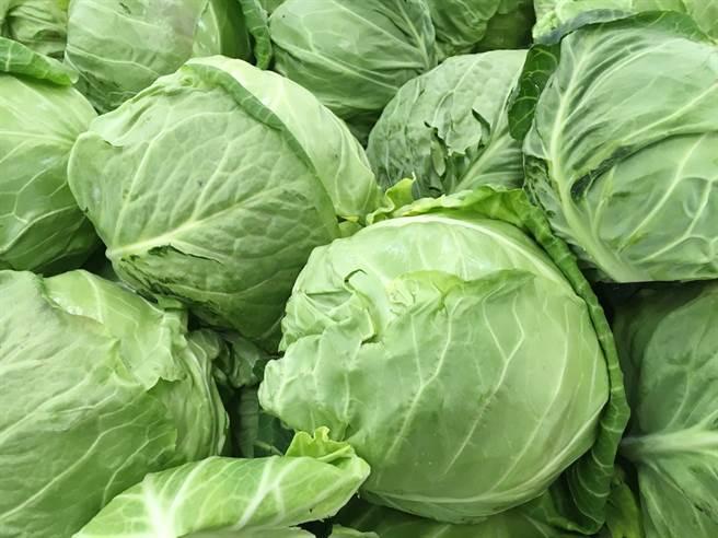 藝人曹西平日前表示,買了2顆高麗菜要價430元,讓他當場傻眼,由於菜價上漲,有網友指稱,在菜市場看到一幕讓眾人覺得鼻酸。(示意圖/達志影像)