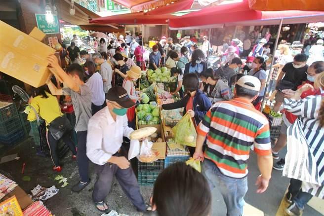 居家防疫,葉菜類需求增加,加上近日中南部多雨,導致菜價上漲。圖為三級警戒後傳統市場出現搶買潮。(本報資料照)