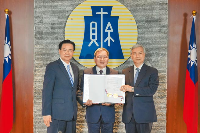 我國財長蘇建榮與中美洲銀行總裁摩西視訊簽署「中美洲銀行設立駐中華民國(台灣)國家辦事處協定」。(財政部提供)