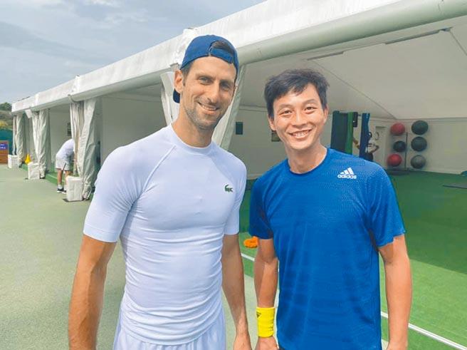 盧彥勳(右)與現役球王喬柯維奇在溫布頓合影,相約東京奧運碰頭。(取自盧彥勳臉書)