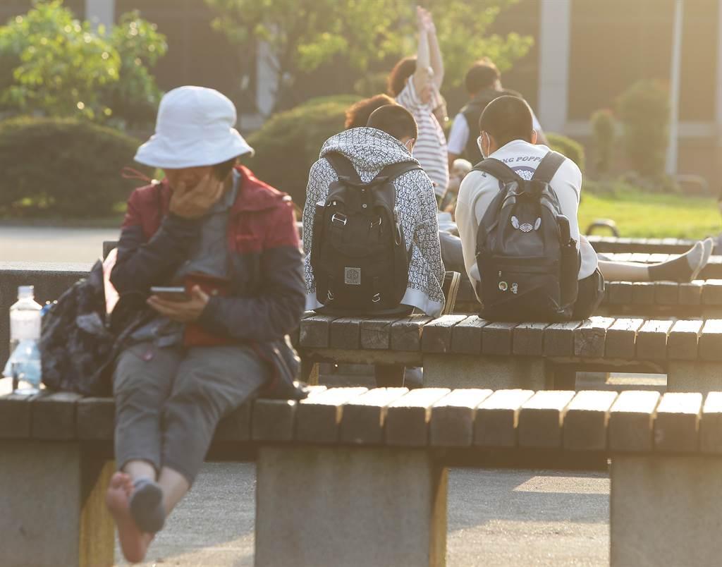 勞動部8日公布勞工行政主管機關通報因應景氣影響勞雇雙方協商減少工時(無薪假)事業單位計1883家,實施人數2萬1133人。(示意圖,季志翔攝)