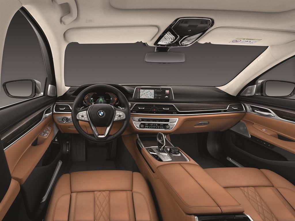 BMW全數位虛擬座艙與BMW Personal CoPilot智慧駕駛輔助科技,展現完備的新世代頂尖科技,鋪陳智慧與安全駕馭的旗艦典範。