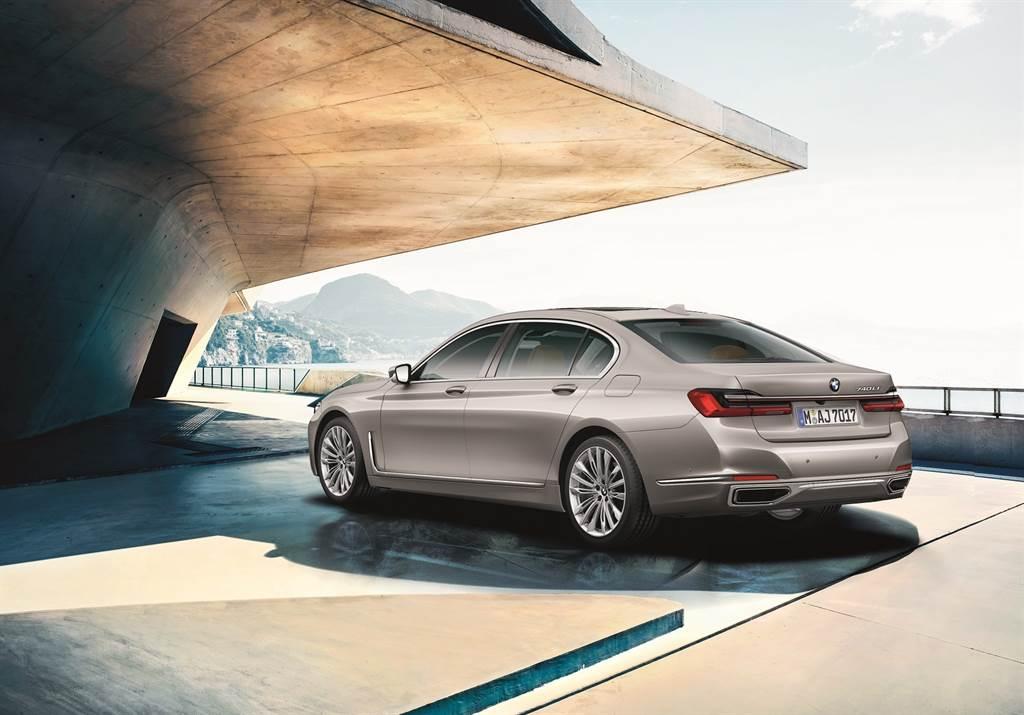 旗艦車系獨有的L型垂直車側導流飾條,搭配修長3D立體LED尾燈與20吋專屬輪圈,演繹菁英領袖般的尊爵魅力。