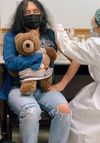 攝影家郭英聲帶泰迪熊打疫苗 讓心中多點溫暖少點恐懼